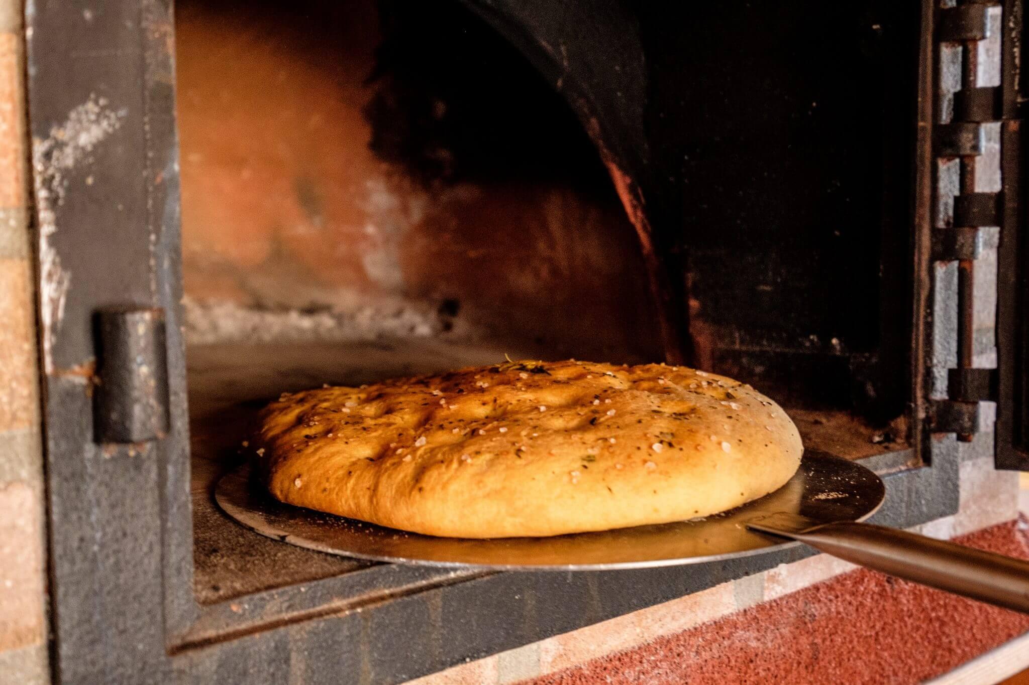 Brood bakken in een pizza oven