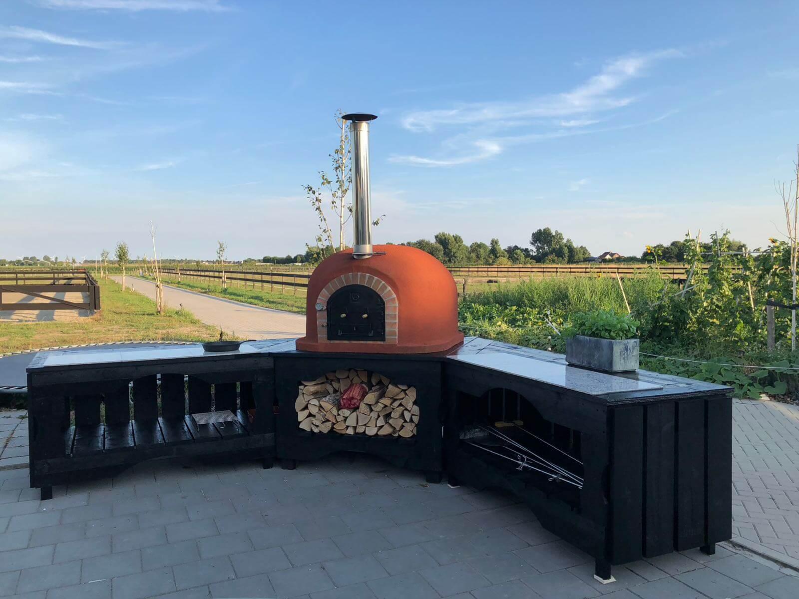 Pizzahoutoven.eu heeft een ruim assortiment grote pizza ovens en biedt grote pizza ovens op maat.
