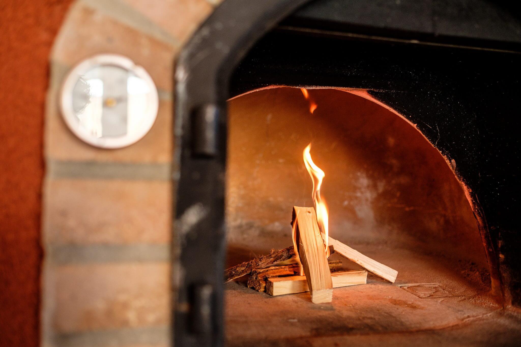 Een pizzaoven aansteken - Pizzahoutoven.eu