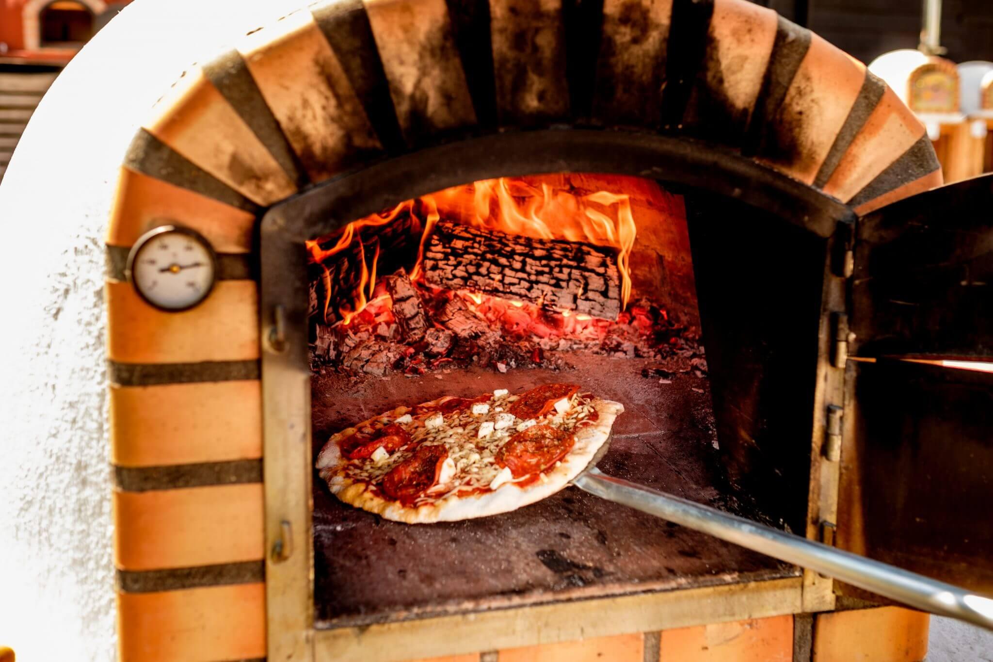 pizza bakken in een italiaanse steenoven